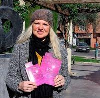 Lucía Montero posa con los dos formatos que ha autoeditado.