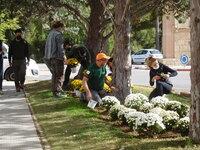 Alumnos de jardines limpian el Cementerio de Villarrobledo