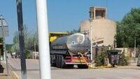 Un camión cisterna de la Diputación deja agua en Arcas.