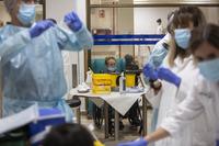 Preparación de dosis de vacunas contra el Covid-19.