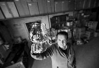 Francisco Valdivielso Curiel, artesano tallador de cristal.