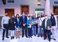 Fotografía de familia de los participantes en la inauguración.