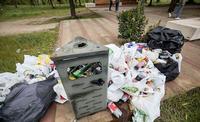 La basura se acumuló en el cerro donde se celebró el botellón la noche del sábado al domingo.
