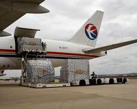 Llegada desde China de un primer paquete de productos de protección que compró la Junta en el país asiático.