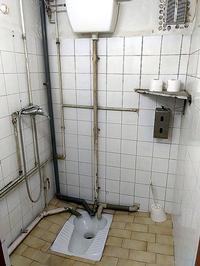 Los baños y las escaleras del recinto entrañan riesgos para los trabajadores.