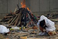 El aumento de los decesos ha llevado a que los cuerpos sean incinerados en piras levantadas en mitad de la calle.