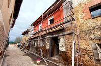 Dos de las edificaciones del casco histórico de Lences que se están reformando.
