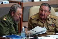 En la imagen, los líderes cubanos Fidel (i) y Raúl Castro (d)