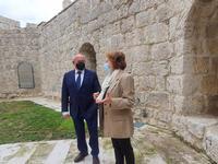 El subdelegado junto con la directora del Archivo, Julia Rodríguez de Diego, durante la visita al espacio museístico.