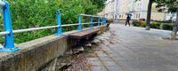 En una de las zonas de descanso faltan elementos de protección y la acera está impracticable.