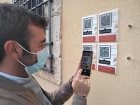 El concejal de Cultura, Raúl Añover, muestra los códigos QR instalados a principios de año en Casa Parada.