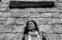 Carmen Heras Heras, hostelera rural, alcadesa, artesana y aficionada a la astronomía y al teatro, en el jardín de la casa rural Roblejimeno.