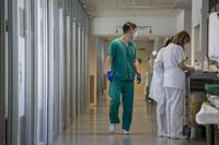 Imagen de profesionales sanitarios en el hospital San Pedro.