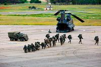 Maniobras militares en la base de helicópteros de Almagro