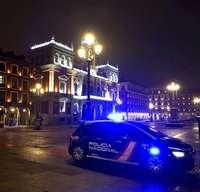 Un coche de Policía vigila en la Plaza Mayor de Valladolid el cumplimiento de nuevo toque de queda