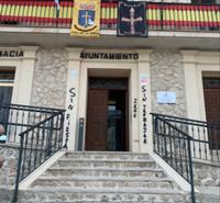 Imagen de las pintadas en la fachada del Ayuntamiento de Albalate de Zorita.
