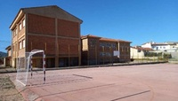 Colegio rural agrupado de Villapalacios, con la pista deportiva en primer plano.