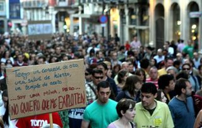 Cientos de personas convocados por el Movimiento 15M se manifiestan en Valladolid