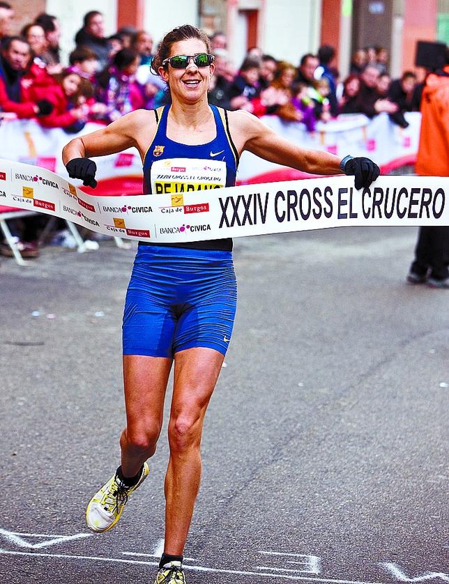 Sonia Bejarano celebra su éxito en la línea de meta.