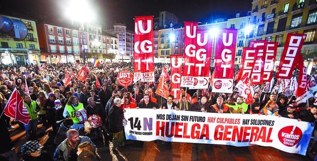 Cabecera de la manifestación convocada por la Cumbre Social de Burgos con final en la Plaza Mayor.