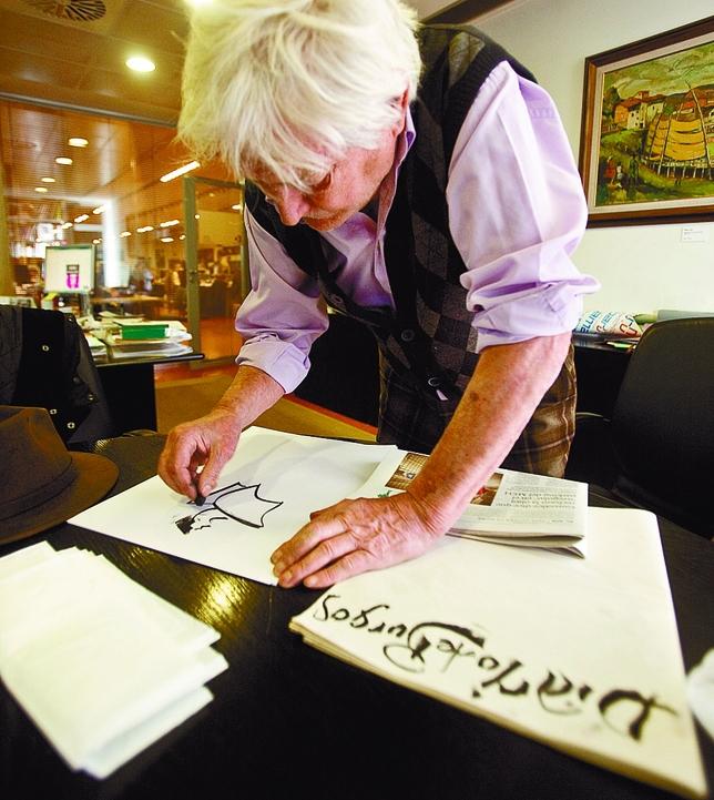 Ignacio del Río preparando sus dibujos para la edición de hoy de Diario de Burgos. DB/Miguel Ángel Valdivielso