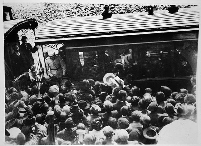 Imagen tomada en Castromocho tal día como hoy, pero hace un siglo, del tren real en el que viajaba Alfonso XIII. Arriba, un tren por la línea de los 'Secundarios'. DP