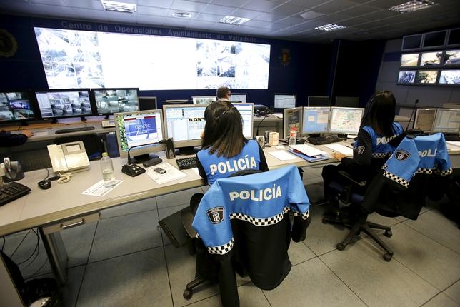 Visita del alcalde de Valladolid a las nuevas pantallas del centro de control de tráfico.  JONATHAN TAJES