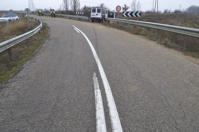 Marcas en la calzada en el punto en el que se produjo la salida de vía.