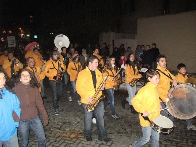 Una charanga amenizó el pasacalles con canciones típicas de Carnaval. Rubén Abad