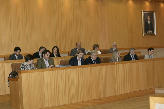 Los concejales del equipo de Gobierno, ayer, en un momento del Pleno extraordinario donde se aprobó modificar las ordenanzas fiscales. Peña