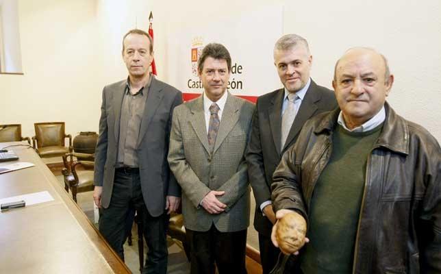Francisco Fabián, arqueólogo territorial, Alejandro Núñez, jefe del Servicio de Cultura, Francisco José Sánchez, delegado de la Junta en Ávila, y Fidel Evodio Rodriguez Martin, alcalde de Bercial de Zapardiel, presentaron el hallazgo.