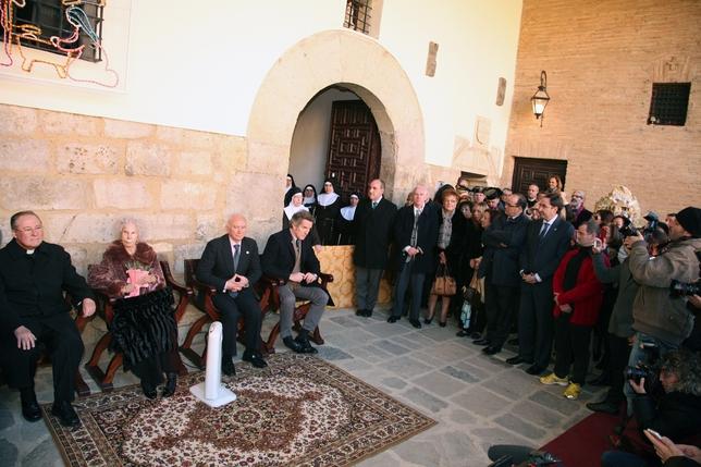 Un momento de la visita de ayer de la Duquesa de Alba a Carrión de los Condes. Fotos Eli
