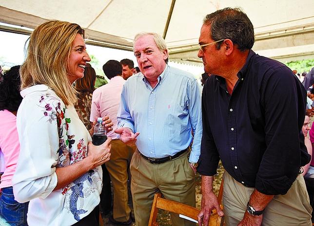 La consejera de Cultura charla con Méndez Pozo y Fernández-Mardomingo.