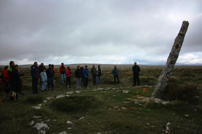 Frente al Menhir de Canto Hito, el más alto de la provincia de Palencia.