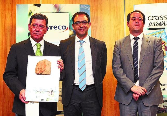César Rico, presidente de la Diputación Provincial de Burgos, recibió el Premio Especial de la Fundación ANOC, asignado este año al Cross de Atapuerca, mejor cross del mundo, organizado por el IDJ. Juan Lázaro