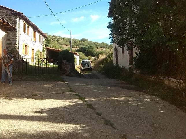 La Guardia Civil, esta mañana, en el acceso al camino en el que se encontró la mujer.