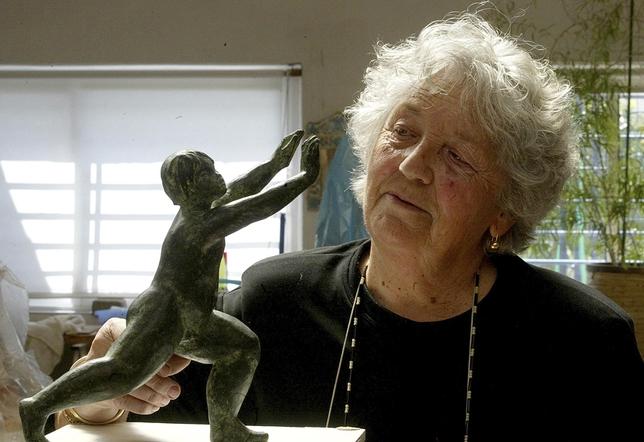 Ana Jiménez, en su taller con una réplica de la escultura de la bola del mundo de la plaza de España.