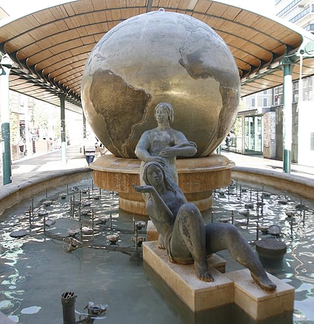 Bola del mundo y esculturas de la plaza de España.