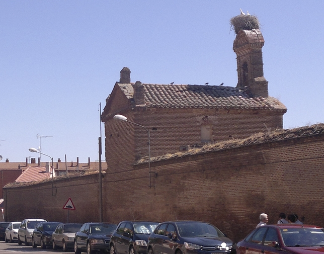 La espadaña del Hospital Simón Ruiz de Medina del Campo corre serio riesgo de caerse y ya está inclinada.