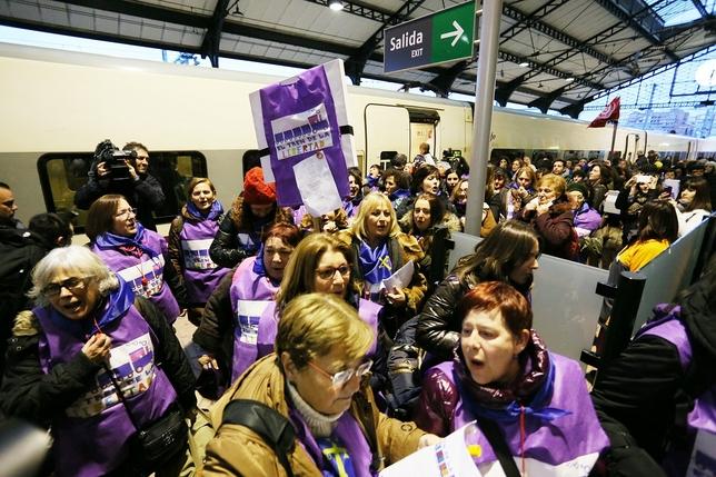 Llegada de 'El tren de la libertad', contra la nueva Ley del Aborto, a Valladolid.