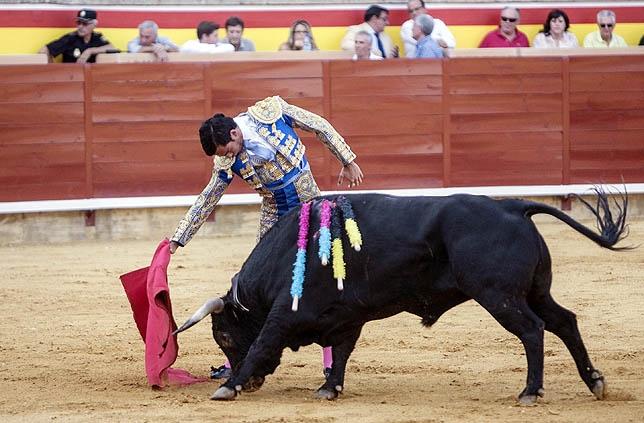 José Antonio Heredia toreando sobre la mano derecha.
