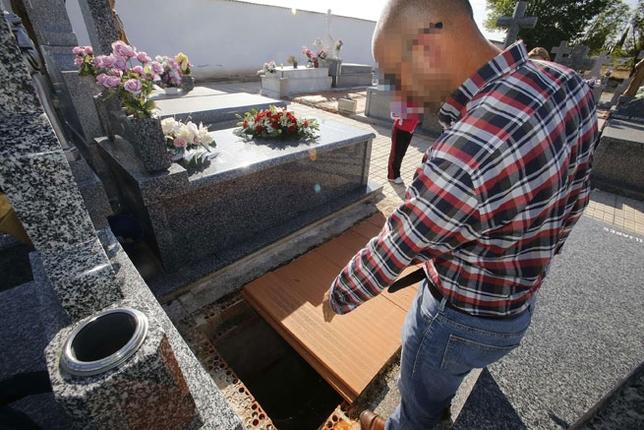 Fosas del cementerio de Torralba inundadas de agua