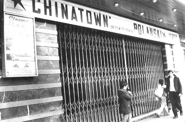 Fachada con el cartel de Chinatown, estrenada en 1974.  Archivo Municipal