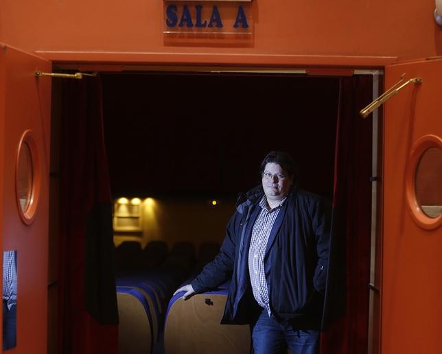 Francisco de la Fuente, a la entrada de la Sala A delCinema Roxy de Valladolid. J. Tajes