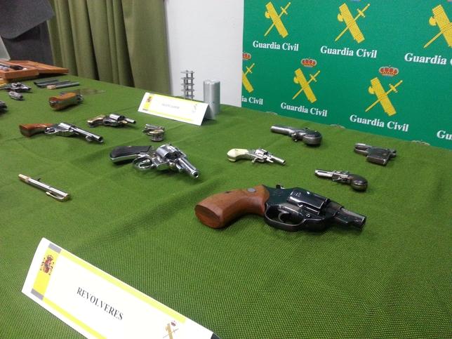 Material intervenido por la Guardia Civil en la Operación Bulldog contra el tráfico de armas.