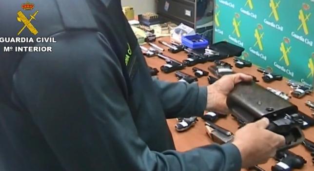 Registro efectuado por la Guardia Civil en el taller clandestino de Laguna, en el marco de la Operación Bulldog.