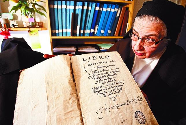 La hermana Margarita muestra el libro de la fundación del cenobio de Burgos. Luis López Araico
