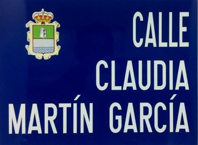 Placa de la calle que se descubrirá hoy en Villaoliva de la Peña con el nombre de Claudia Martín García con motivo del aniversario de esta veterana montañesa.