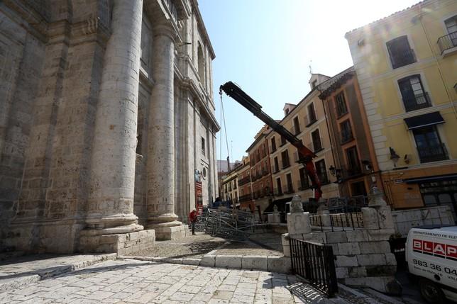 Instalación de andamios para iniciar las obras para el ascensor turístico en la Catedral  CESAR MINGUELA