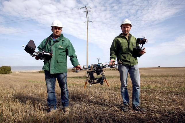 Eduard Monteira (d.) es el piloto del octocóptero y Óscar Soto, el operador de cámara. Su cometido en cada revisión es estar atento a las imágenes de vídeo que el aparato envía una vez que está en lo más alto, sobrevolando el poste.